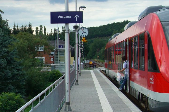 Moderne Bahnstation Barbis