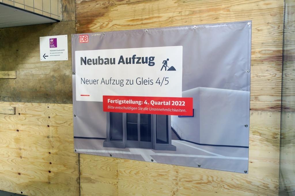 Hinweisplakat zum neuen Aufzug in der Paderborner Unterführung